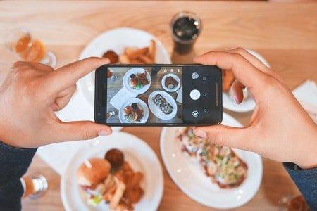 食べ物の写真を撮る