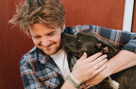 犬と一緒に写真に写る男性