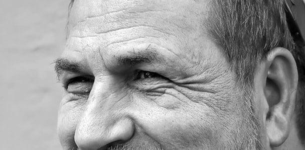 目じりの3本皺が入った男性。心の底から笑っている時の笑顔。