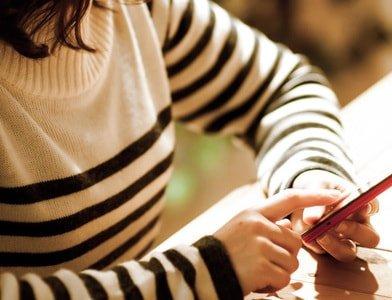 LINEやメールでメッセージを送る女性